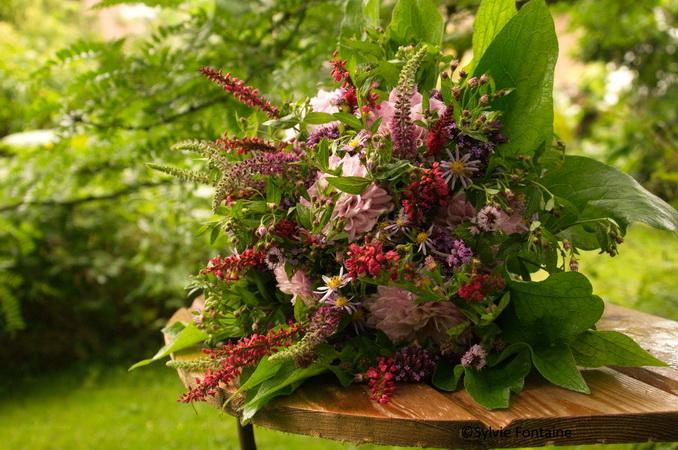 bouquet rond d 39 automne avec les fleurs du jardin. Black Bedroom Furniture Sets. Home Design Ideas